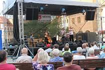 Jazzové skupiny vystoupily na prachatickém Velkém náměstí.