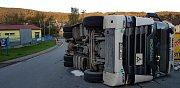 V zatáčce u železniční vlečky na výpadovce na České Budějovice v Prachaticích nezvládl jízdu v úterý 25. září šofér kamionu s cihlami. Narazil do protijedoucího kamionu se dřevem a po projetí zatáčky se převrátil na bok.
