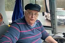 foto č. 1František Holoči žije v posledních letech ve Vimperku. Od mládí je řidič. Celá léta řídil kamion, nyní je to autobus. Celou zimu tak vozí lyžaře na Zadově.