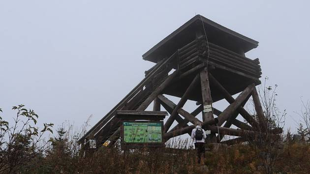 •Okruh od Uhlíkovské hájenky, kde je malé parkoviště je dlouhý 14. km po modré turistické značce. Na cestě je mnoho zajímavých zejména kamenných útvarů, jako Adolfův kámen, či Judestein, jde se vojenským prostorem okolo Uhlíkovského potoka.