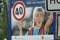Billboardy kolem silnic jsou trnem v oku dopravním policistům. Paradoxně k nim patří i kampaň ministerstva dopravy.