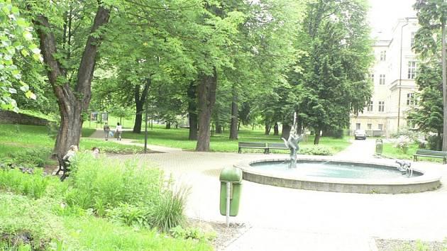 Park u základní školy je čistý.
