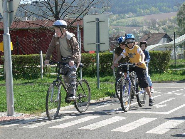 Děti si vyzkoušely řešení dopravních situací v praxi.