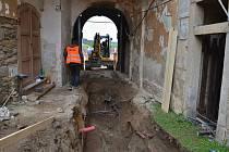 Prokopaný je průjezd pod Hodinovou věží a začíná odkopávání mostního svršku.