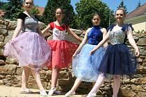 Prachatické baletky před absolventským vystoupením v Městském divadle, které bylo letos s vyloučením veřejnosti.
