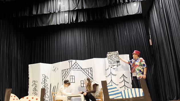 Prachatičtí umělci zkroužku DDM Podivné divadlo přivezli do Volar Pejska a kočičku.