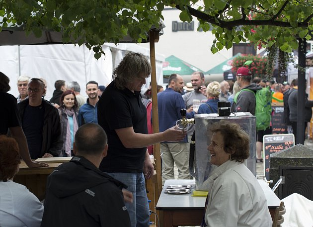 Přes dvě desítky druhů piva mohli ochutnávat návštěvníci prachatického Festivalu piva.