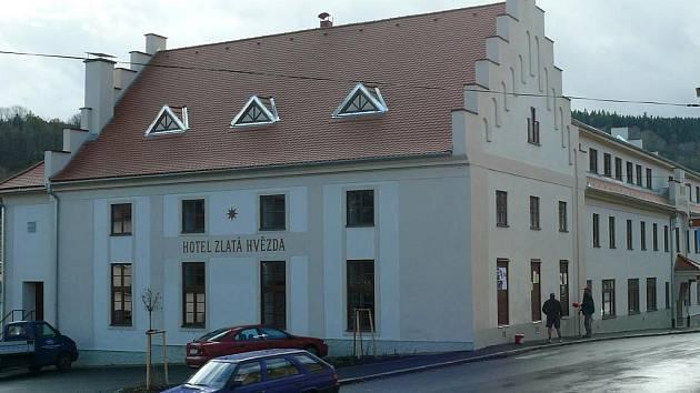 Hotel Zlatá hvězda ve Vimperku konečně svítí opět v plné kráse nejen zvenčí.