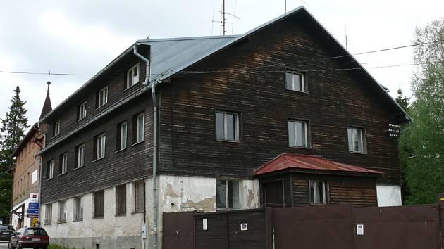 Hlavní budova v areálu bývalé pohraniční roty v Kvildě by jediná měla zůstat stát. Ostatní čeká demolice.