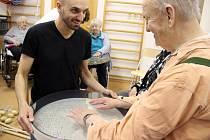 Jiří Gabriel Kučera seniorům ukázal, co dokáží zvuky a jak si s nimi zacvičit.