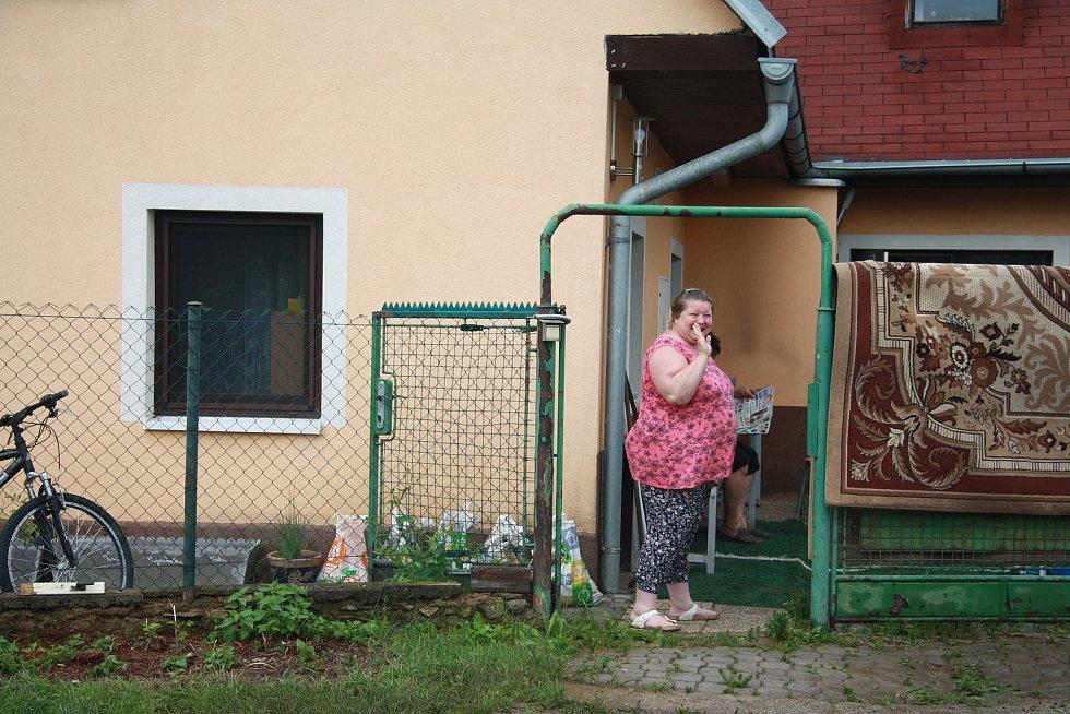 Tři domy, ve kterých počítají majitelé škody,  vytopené sklepy, podmáčené trávníky a nepořádek. To všechno za sebou nechala voda, která protekla obcí Chlumany na Prachaticku v sobotu 22. června.