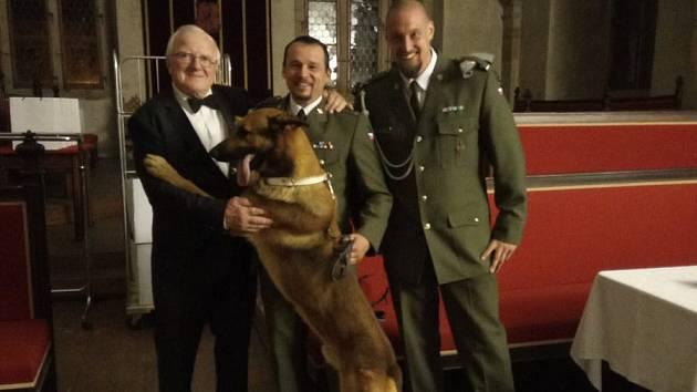 Pavel Procházka (vlevo), tatínek vojenského psovoda Tomáše, který padl loni na misi v Afghánistánu, převzal Medaili za hrdinství od prezidenta republiky. Pro ocenění s ním šel Tomášův služební pes Doky a jeho noví majitelé.