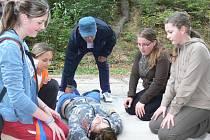 Děti se učily také poskytovat první pomoc při simulované autonehodě.
