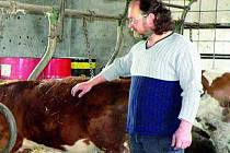 NESPOKOJEN. Karel Křenek chová dobytek a ví, jaké dobroty se z masa dělají. Po poslední ochutnávce debrecínky byl ale naštvaný. Byla zkažená, i když podle obalu měla vydržet do 7. 5.