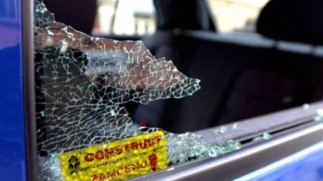 Zloděj z osobního automobilu VW Passat odcizil originální navigační systém a kompletní výbavu na lyže. Ilustrační foto.