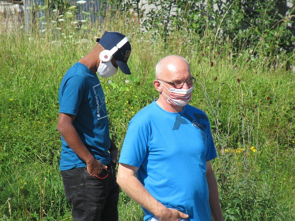 Každou hodinu během středečního dopoledne postoupilo odebrání vzorků z nosohltanu asi 25 zaměstnanců firmy InTiCa Systems Prachatice, vše se uskutečnilo v klidu, odpoledne přijdou na řadu jednotlivci.