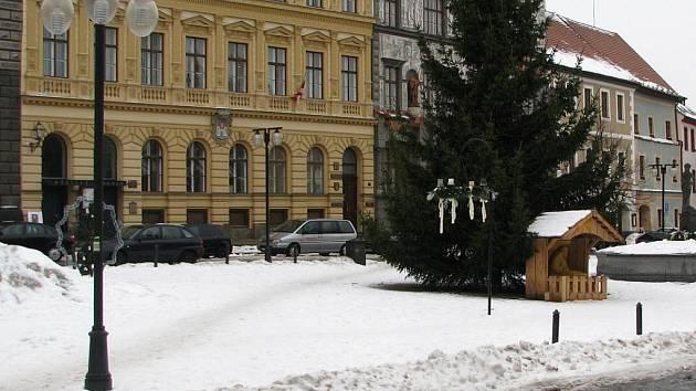 Komerční zóna prachatického Velkého náměstí, kde bude možné od února parkovat.