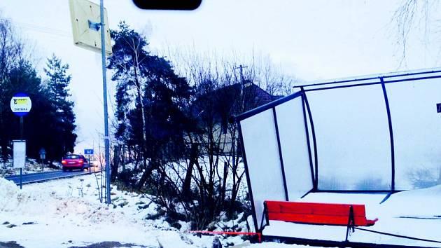 Na Oboře padl přístřešek zastávky.