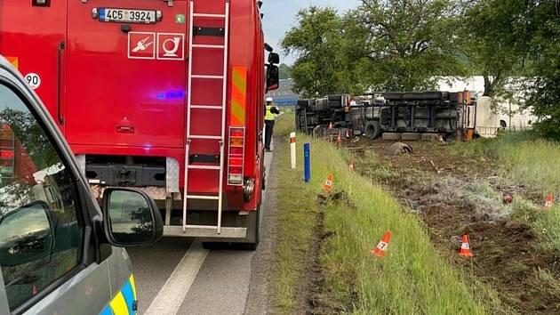Převrácený kamion s octem u Husince blokuje silnici.