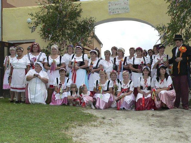 Před samotným začátkem Staročeské konopické nastoupilo před vrata přes třicet Zbytinských Bab.
