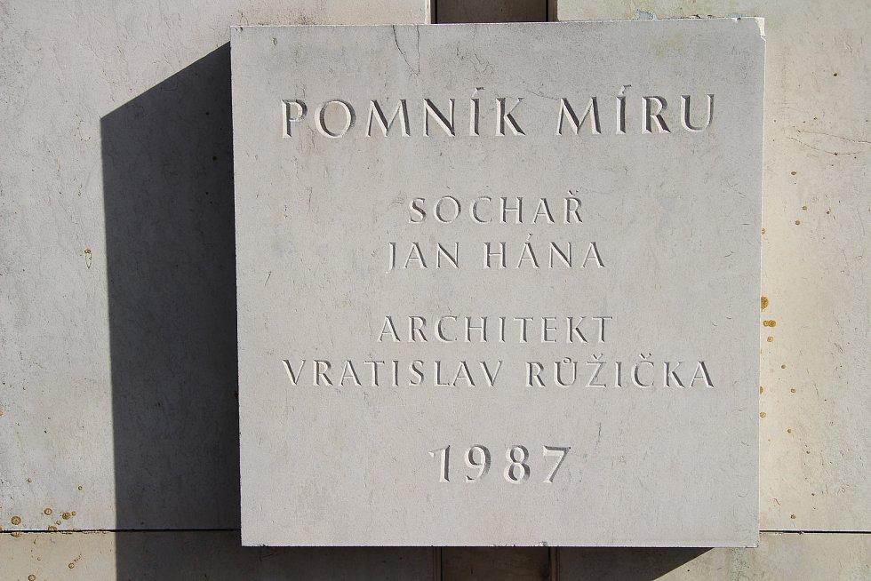 Betonový monument s názvem Pomník míru, který byl na vitějovické křižovatce vybudován v roce 1987.