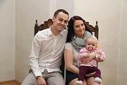 Natálie Mikešová a její rodiče Nikola a Jan.