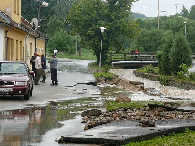 Obyvatelé domů kolem Farského potoka dobře vědí, jakou má sílu, když ho přiživí prudké deště.