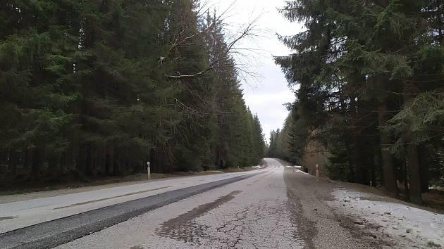 Silnice z Volar do Chlumu si opravu zaslouží.