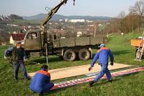 Ve středu odstraňovali pracovníci technických služeb reklamní cedule u silnice poblíž Starých Prachatic. Všechny  uložili do areálu, který je napojen na zabezpečovací systém.