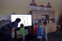 Děti v Mateřské škole ve Vitějovicích dostaly interaktivní tabule.