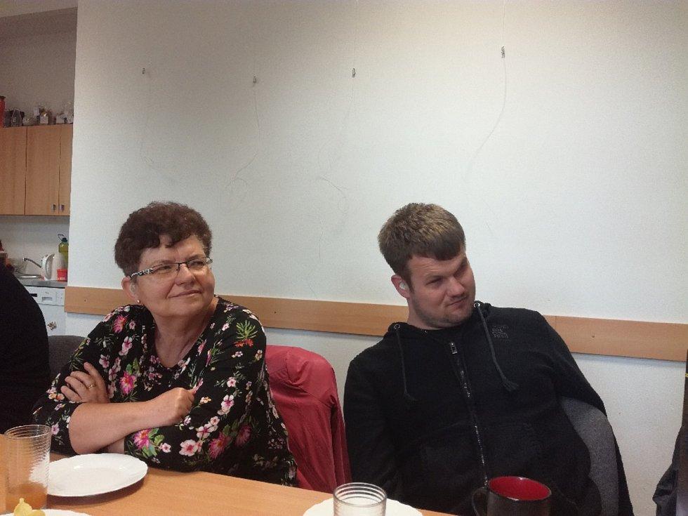Zástupci Sjednocené organizace nevidomých a slabozrakých se sešli se zpěvákem Radkem Žaludem.