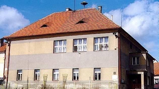 Budova, do jejíž opravy se obec pustila.