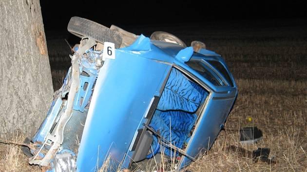 Řidič modrého Nissanu Micra dostal smyk a narazil do svodidel.