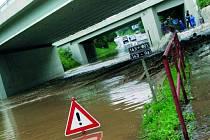 Nejhorší situace byla v neděli 28. června pod viaduktem v Krumlovské ulici.  Nánosy trávy a větví totiž ucpaly propusť a voda vytvořila více než metr hluboké jezero. Odtud pak odtékala ulicí U Stadionu.