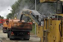 Rozbité cesty opravovali silničáři v posledních dvou dnech poblíž Obory. Počasí zatím přeje.