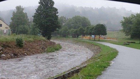 Z jindy poklidné říčky je dnes divoká řeka. Celodenní déšť zvedl na Vimpersku toky.