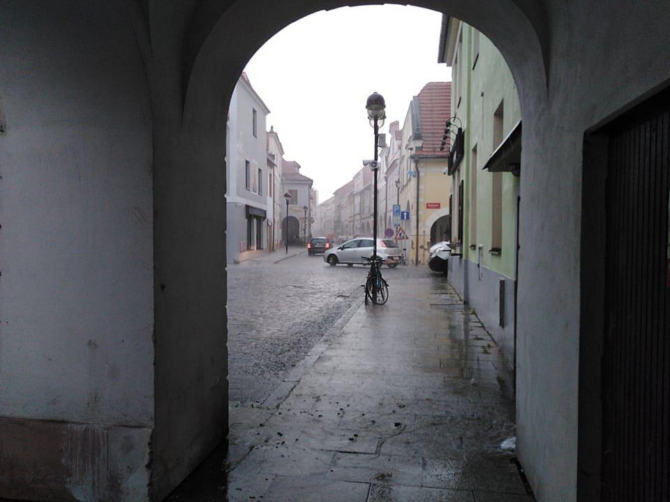 Bouřka v budějovické České ulici okolo 17. hodiny.