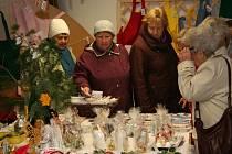 O adventní prodejní výstavu prachatických seniorů byl při jejím zahájení obrovský zájem. Když nastoupil pěvecký sbor Radostné přátelství, byl výstavní prostor zaplněn do posledního volného místa.