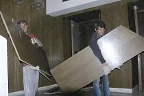 DIVÁCI MUSEJÍ JINAM. Městské divadlo v Prachaticích prochází rozsáhlou rekonstrukcí. Ve středu si prostory začaly přebírat stavební firmy. Jako první dělníci odstranili sedačky a postupně rozebírají původní dřevěné obložení.