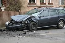 DO PROTIJEDOUCÍHO AUTA. Žena ve fiatu s největší pravděpodobností nepřizpůsobila rychlost stavu vozovky a čelně narazila do protijedoucí Škody Octavia.