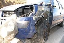 Řidička motocyklu Honda, která utrpěla vážná zranění, předjížděla nákladní soupravu nezjištěného typu a registrační značky bez dostatečného rozhledu. Došlo ke střetu motorky s levou přední částí protijedoucího Renaultu Thalia.