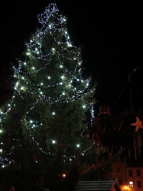 Prachatický vánoční strom na náměstí.