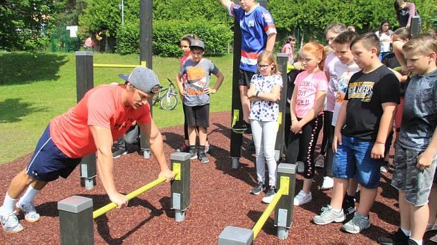 U Národky je nové workoutové hřiště. Radost z něj mají hlavně děti.