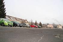 Jedno z možných míst, kde by mohlo být stání pro obytná auta je parkoviště v bývalém areálu kasáren