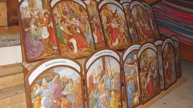Obrazy, které ozdobí čtrnáct zastavení křížové cesty ke Stožecké kapli.