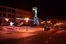 Ve Freyungu je vánoční atmosféra zajištěna i v pátek večer. V Prachaticích je náměstí prázdné.