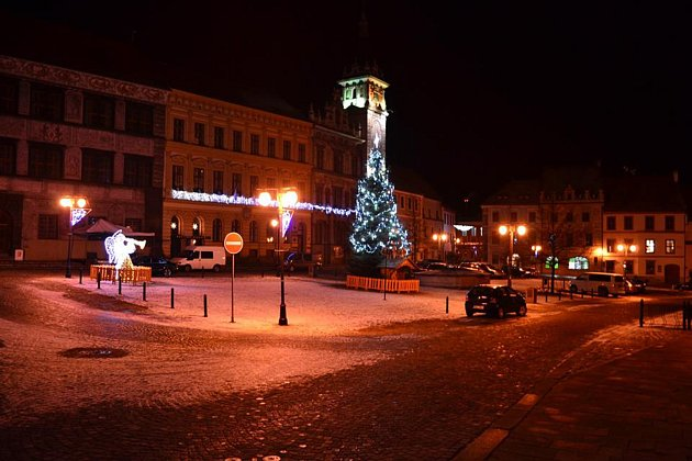 Ve Freyungu je vánoční atmosféra zajištěna ivpátek večer. VPrachaticích je náměstí prázdné.