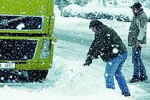 Kamion zablokoval cestu v Husinci, autobus musel jinudy. Ilustrační foto.