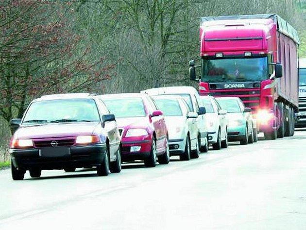 ZÁKAZ JIM NEVADÍ. I přesto, že vozidla těžší než 7,5 tuny přes objížďku u zámku Kratochvíle jezdit nesmějí, mnoha řidičům kamionů je to zkrátka jedno. Za čtvrt hodiny projelo podobných vozidel, jako je kamion na fotografii, hned šest.