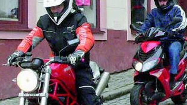 Muž řídil osobní automobil octavia a při odbočování se střetl s motocyklem. Případ řeší policejní komisař. Ilustrační foto.